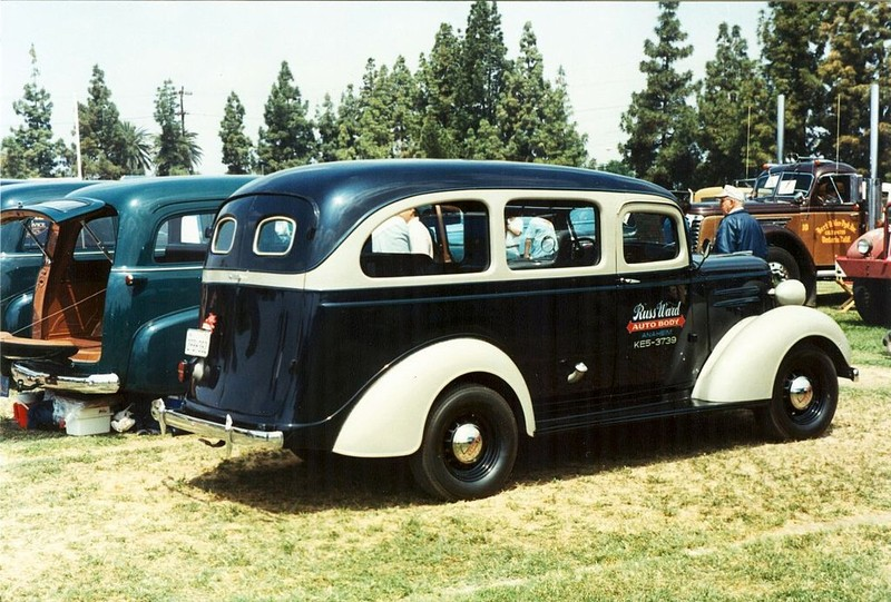 ":: ""1937 Chevrolet Carryall Suburban"" von Alden Jewell - 1937 Chevrolet Carryall Suburban. Lizenziert unter CC BY 2.0 über Wikimedia Commons - https://commons.wikimedia.org/wiki/File:1937_Chevrolet_Carryall_Suburban.jpg#/media/File:1937_Chevrolet_Carryall_Suburban.jpg"