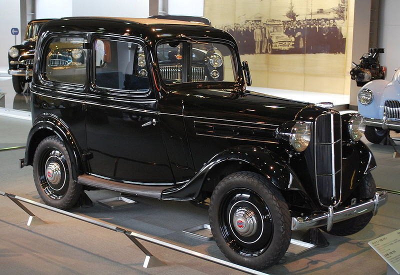 ":: ""1937 Datsun Model 16 Sedan 01"" von Mytho88 - Eigenes Werk. Lizenziert unter CC BY-SA 3.0 über Wikimedia Commons - https://commons.wikimedia.org/wiki/File:1937_Datsun_Model_16_Sedan_01.jpg#/media/File:1937_Datsun_Model_16_Sedan_01.jpg"