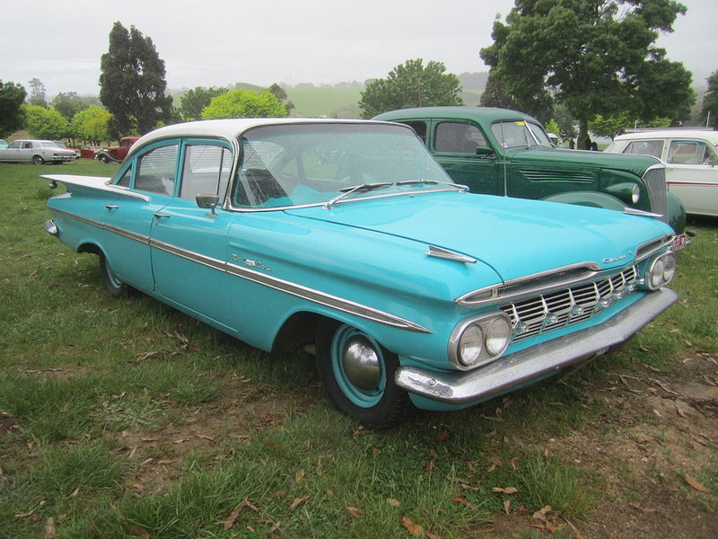 ":: ""1959 Chevrolet Belair Sedan"" von Sicnag - 1959 Chevrolet Belair Sedan. Lizenziert unter CC BY 2.0 über Wikimedia Commons - https://commons.wikimedia.org/wiki/File:1959_Chevrolet_Belair_Sedan.jpg#/media/File:1959_Chevrolet_Belair_Sedan.jpg"