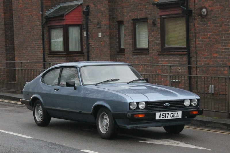 ":: ""1983 Ford Capri 1.6 LS 4SPD (13293046864)"" von Charlie from United Kingdom - 1983 Ford Capri 1.6 LS 4SPD. Lizenziert unter CC BY 2.0 über Wikimedia Commons - https://commons.wikimedia.org/wiki/File:1983_Ford_Capri_1.6_LS_4SPD_(13293046864).jpg#/media/File:1983_Ford_Capri_1.6_LS_4SPD_(13293046864).jpg"