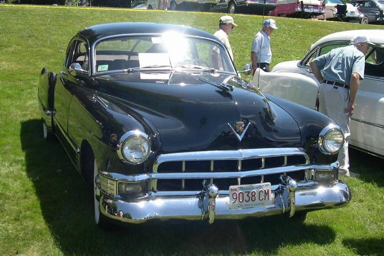 ":: ""1949 Cadillac Series 61 Coupe"". Lizenziert unter CC BY-SA 3.0 über Wikimedia Commons - https://commons.wikimedia.org/wiki/File:1949_Cadillac_Series_61_Coupe.jpg#/media/File:1949_Cadillac_Series_61_Coupe.jpg"