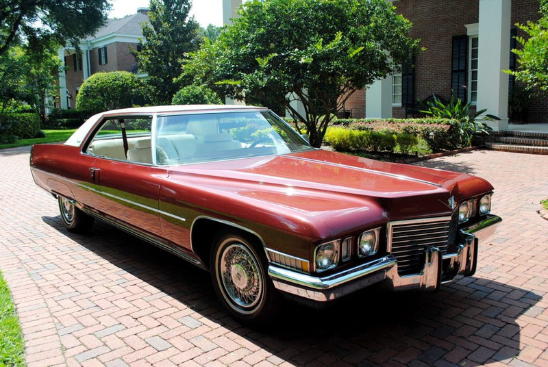 ":: ""1972 Cadillac Coupe Deville fvr"" von That Hartford Guy - Flickr: 1972 Cadillac Coupe Deville. Lizenziert unter CC BY-SA 2.0 über Wikimedia Commons - https://commons.wikimedia.org/wiki/File:1972_Cadillac_Coupe_Deville_fvr.jpg#/media/File:1972_Cadillac_Coupe_Deville_fvr.jpg"