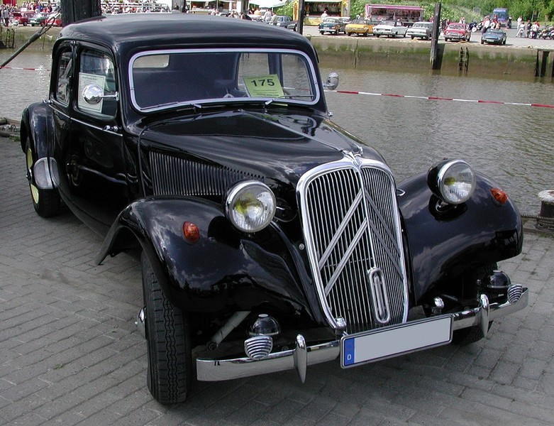 ":: ""Citroen-TractionAvant1954"" von Wittkowsky aus der deutschsprachigen Wikipedia. Lizenziert unter CC BY-SA 3.0 über Wikimedia Commons - https://commons.wikimedia.org/wiki/File:Citroen-TractionAvant1954.jpg#/media/File:Citroen-TractionAvant1954.jpg"
