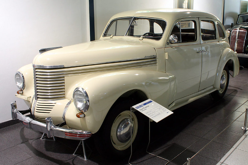 ":: ""Opel-kapitaen-38-40"" von Softeis - fotografiert von Softeis. Lizenziert unter CC BY-SA 3.0 über Wikimedia Commons - https://commons.wikimedia.org/wiki/File:Opel-kapitaen-38-40.jpg#/media/File:Opel-kapitaen-38-40.jpg"